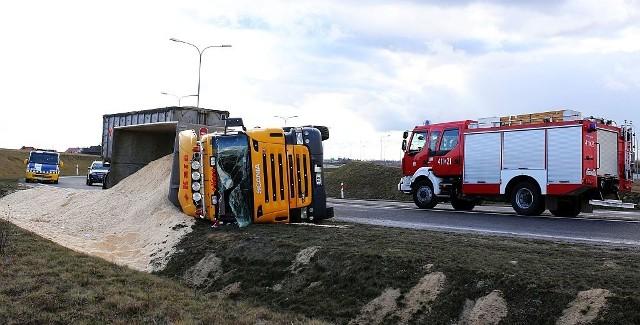 Marzec 2016. Na węźle Pawłowo chojnickiej obwodnicy przewróciła się ciężarówka przewożąca trociny. Kierowca został przewieziony do chojnickiego szpitala, droga była przez kilka godzin zablokowana.