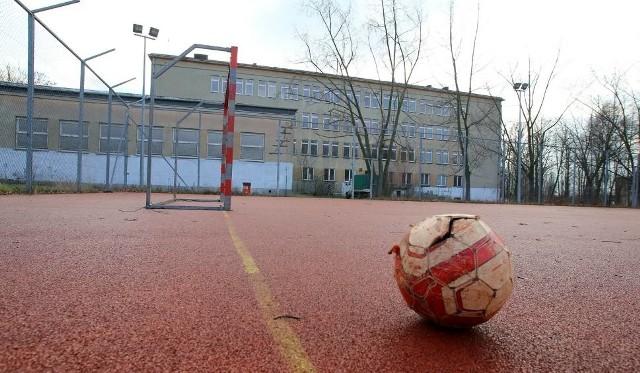 Samorządy nie kontrolują stanu orlików, co może zagrażać bezpieczeństwu osób grających w piłkę na tych obiektach