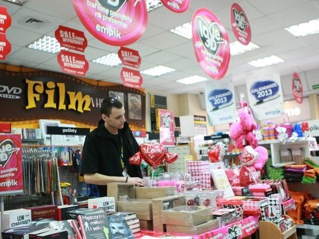 Niektóre księgarnie w Słupsku przygotowały interesujące promocje i wyprzedaże połączone z dniem zakochanych. Tak jest m.in. w Empiku. Fot. Kamil Nagórek