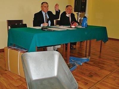 Prezydium Rady Gminy i... taczka. Od lewej: przewodniczący RG Jan Zbigniew Basa i wiceprzewodniczący Tadeusz Bąk. Fot. Zbigniew Wojtiuk