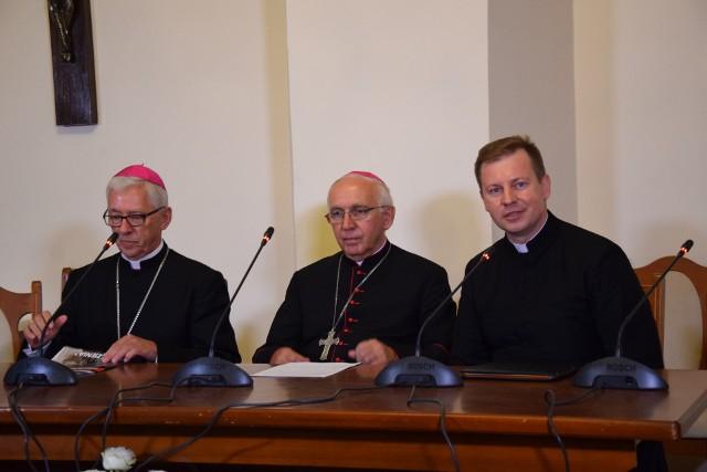 """Biskupi debatowali na Jasnej Górze. Namawiają, by zgłaszać nauczycieli głoszących """"demoralizujące"""" treści"""