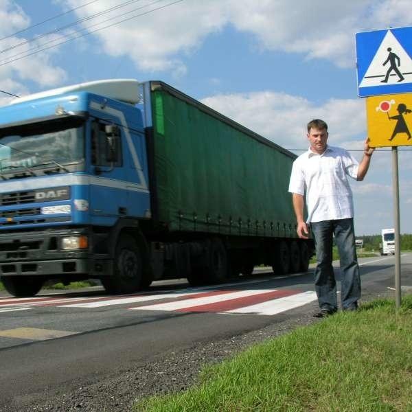 - Zarządca drogi od kilku lat jest głuchy na nasze prośby - mówi Norbert Przybyła. - Ale my nie ustąpimy.