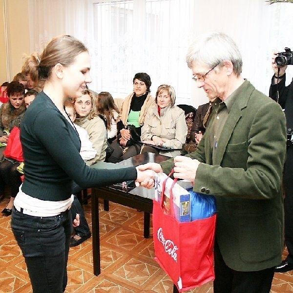 Na zdjęciu: Joanna Królak z Gimnazjum nr 12  odbiera nagrodę z rąk wiceprezesa Leszka  Tretyna.