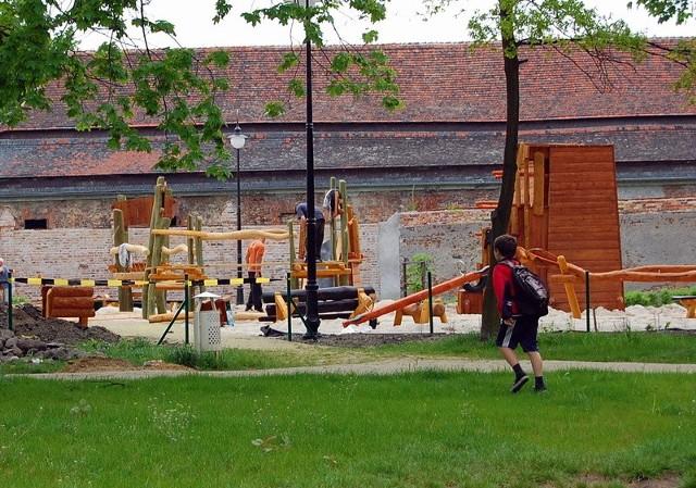 Prace związane z budową nowego placu zabaw zakończą się 15 maja.