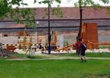 Wkrótce dzieci będą się bawić na nowym placu przy al. Jana Pawła II w Żarach