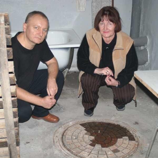 - Z tej studzienki po każdej większej ulewie wybijają ścieki. Piwnica pokrywa się wtedy warstwą cuchnącej mazi - mówią Jarosław Kucharczyk i Krystyna Turbak.