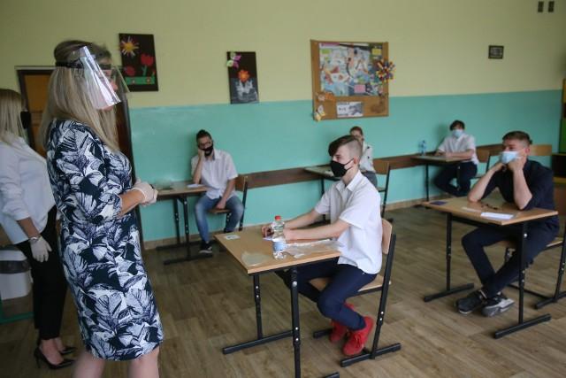 Egzamin ósmoklasisty w Szkole Podstawowej nr 10 w Sosnowcu.Zobacz kolejne zdjęcia. Przesuwaj zdjęcia w prawo - naciśnij strzałkę lub przycisk NASTĘPNE