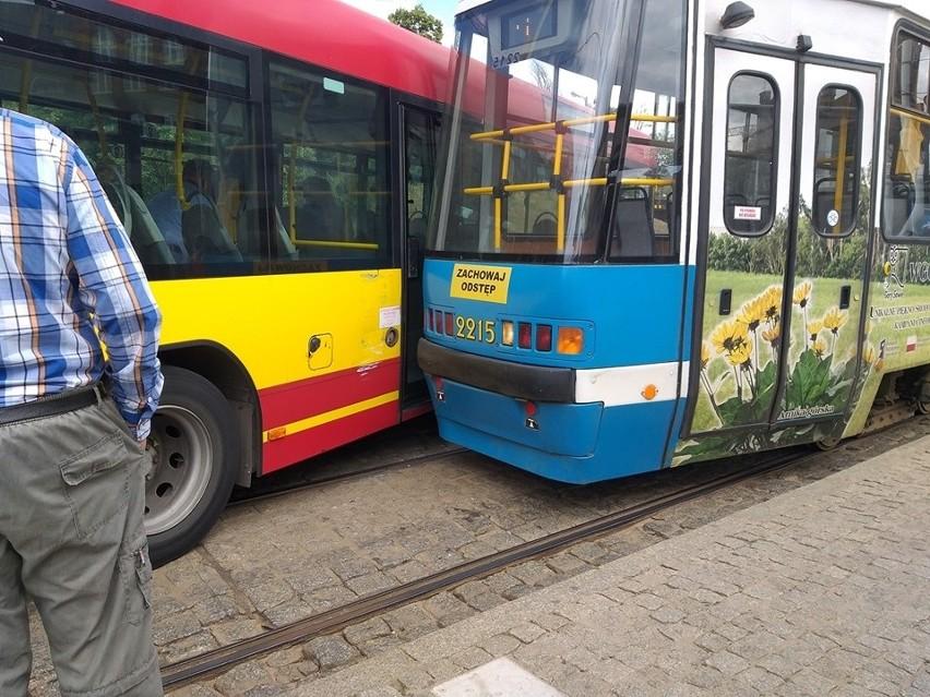 Wypadek MPK. Zderzenie autobusu z tramwajem (ZDJĘCIA)