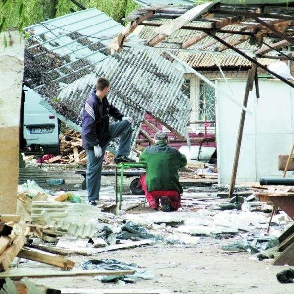 Dotychczasowi dzierżawcy ze stadionu zabierają swoje rzeczy i likwidują stoiska. Bazar znika.