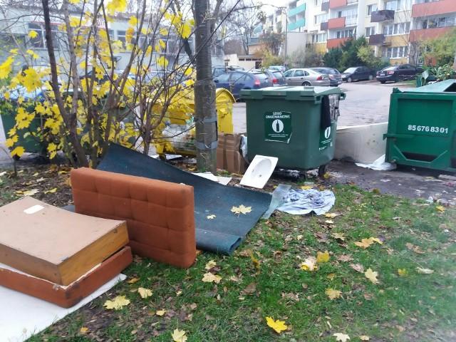 Mieszkańcy Białegostoku skarżą się na bałagan przy śmietnikach komunalnych. Przysłali nam zdjęcia z różnych części miasta.