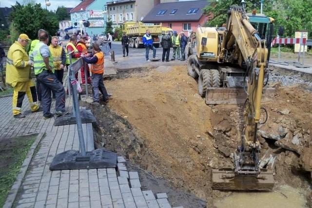 Wyrwa w ul. Powstańców Śląskich już po wyciągnięciu strażackiego samochodu. Osuwisko uszkodziło przechodzący pod ulicą kolektor kanalizacyjny. Ścieki w każdej chwili mogą popłynąć do Nysy.