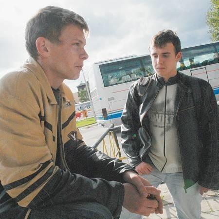 Podwyżek cen biletów miesięcznych obawiają się Adrian Ulm i Gilbert Jaworek z Rybakowa, którzy na miesięczne wydają teraz po 160 zł.