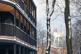 """Chorzów. Niezwykły apartamentowiec na parkowym wzgórzu. To projekt Macieja Franty. """"Cała jego rytmika i kształty pasują do zieleni"""""""
