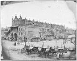 """Tak wyglądało najstarsze krakowskie """"centrum handlowe"""". Sukiennice na archiwalnych zdjęciach. Takiego widoku już nikt nie pamięta [ZDJĘCIA]"""