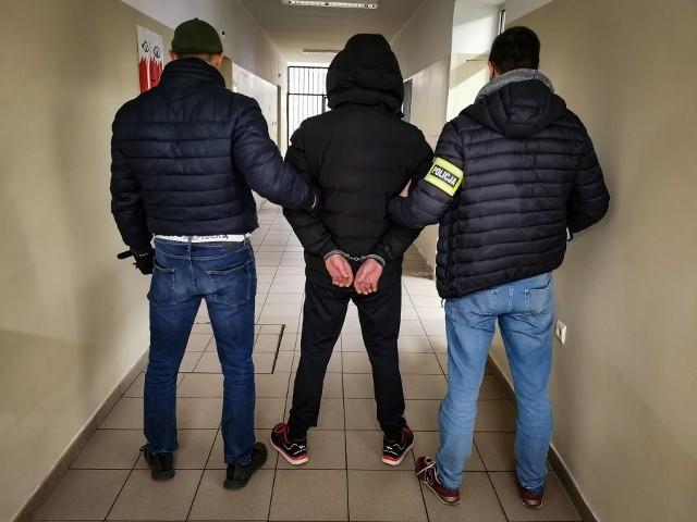 Okazało się, że 38-latek jest już przez sąd ścigany listem gończym. Ma do odbycia zaległy wyrok ponad 2 lat więzienia za jazdę po pijanemu i kradzież.