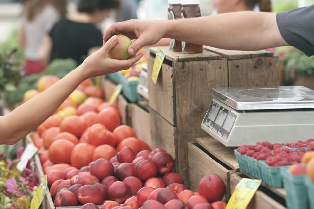 Namysłowski plac targowy otwarto, by uchronić lokalnych kupców, dostawców i rolników przed jeszcze większymi stratami finansowymi.