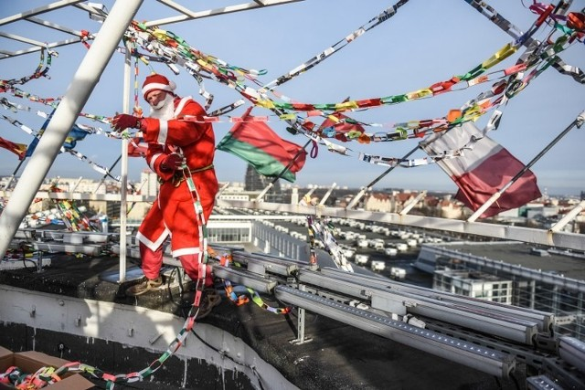 Święty Mikołaj zawiesił łańcuch na iglicy MTP