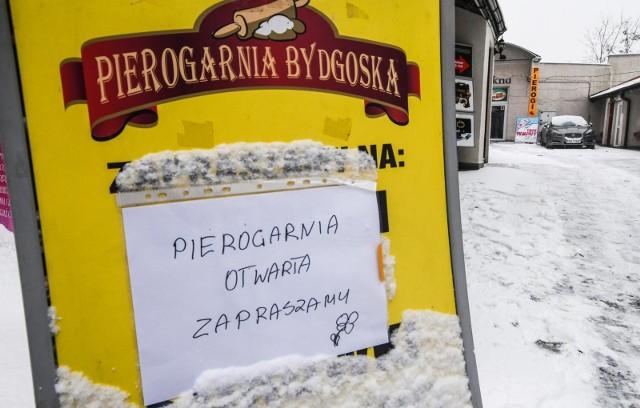 Bydgoska pierogarnia to jeden z wielu lokali gastronomicznych w całej Polsce, który został otwarty, pomimo zakazów. Jej właściciele, podobnie jak inni polscy przedsiębiorcy, mają dość polityki rządu, która dobija ich biznesy w czasie pandemii koronawirusa. Wielu przedsiębiorców podkreśla, że pomimo kolejnych ograniczeń w prowadzeniu działalności, nie mogą liczyć na wsparcie w ramach tzw. tarczy antykryzysowej. Dlatego przedstawiciele branży gastronomicznej jednoczą siły i w ramach akcji #otwieraMY decydują się na przywrócenie stacjonarnej działalności swoich lokali, mimo obowiązujących zakazów. Do protestu dołączyli także restauratorzy z województwa kujawsko-pomorskiego.Na kolejnych zdjęciach poznasz restauracje w Kujawsko-Pomorskiem, w których można zjeść posiłek na miejscu, przy stoliku.Aby przejść dalej, przesuń zdjęcie gestem lub naciśnij strzałkę w prawo.