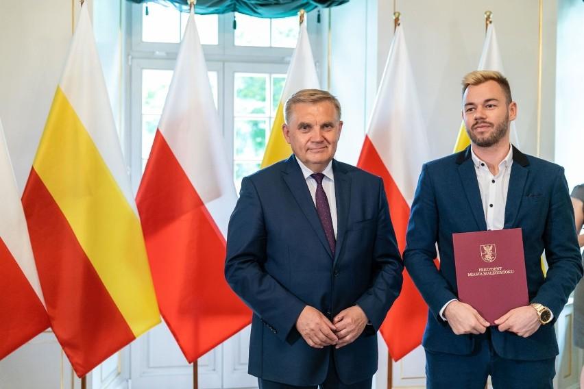 Tadeusz Truskolaski, prezydent Białegostoku, wręczył...