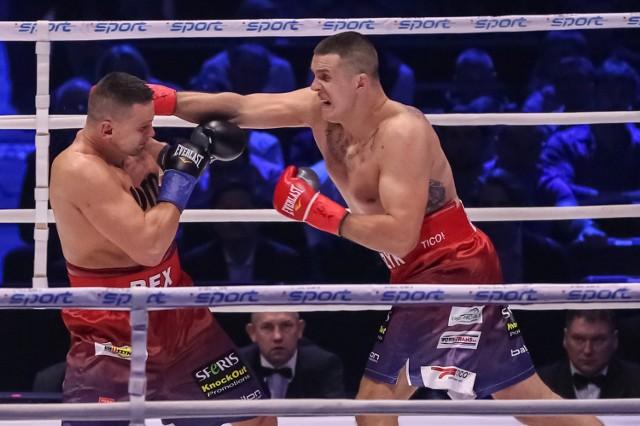Andrzej Wawrzyk (z prawej) i Marcin Rekowski stoczyli emocjonujący pojedynek w wadze ciężkiej w Tauron Arenie Kraków