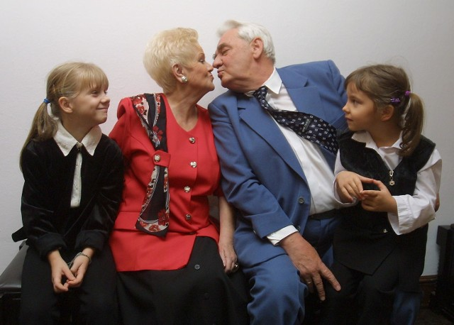 Na zdjęciu państwo Szałatowie z prawnuczkami: Pauliną (z lewej) oraz Julią.