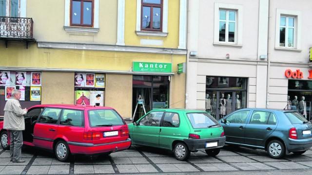 Największe wątpliwości budzą miejsca parkingowe w alei Najświętszej Maryi Panny. Brakuje tu oznaczenia pionowego, ale malowanie linii na nowej kostce byłoby absurdalne