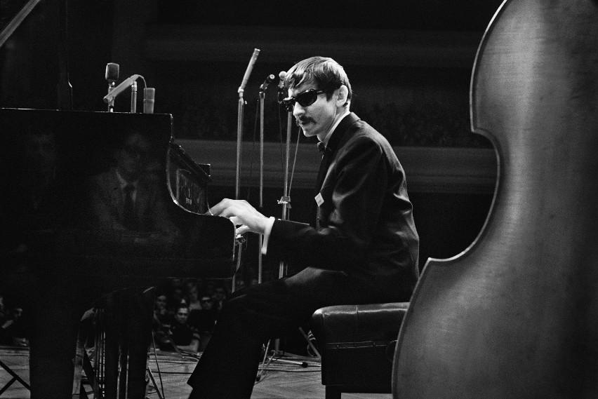 Wśród utrwalonych przez Janusza Nowackiego wielkich postaci jazzu jest pianista Mieczysław Kosz