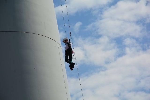 Jadwiga Emilewicz odwiedziła wielkopolską farmę wiatrową w środę, 29 lipca. W pewnym momencie wicepremier wjechała na szczyt 100-metrowej turbiny wiatrowej i zjechała z niej po linie do ewakuacji.Przejdź do następnego zdjęcia ------>