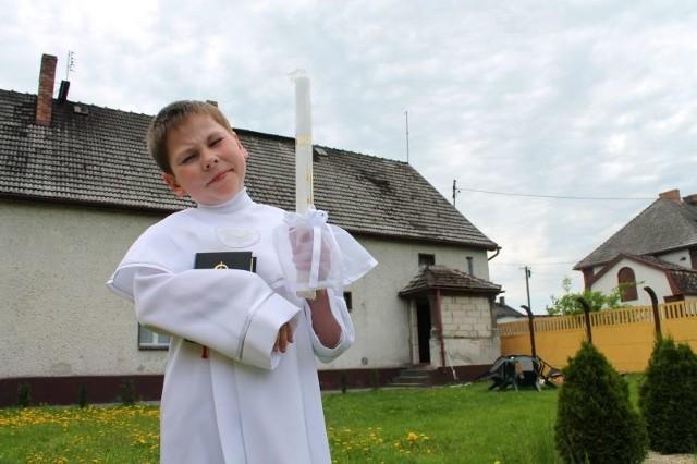 Chłopczyk ma już wszystko naszykowane do pierwszej komunii. Jest pogodny i nie może się doczekać uroczystości. Ale część rodziców chciałaby, żeby jego komunię przenieść na inny dzień.