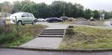 Na Majowym jest parking i nowy chodnik. Barierą pozostają schody