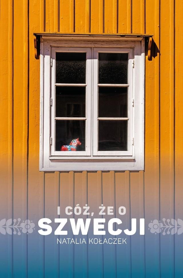 Natalia Kołaczek – rocznik '89, filolożka skandynawistka, tłumaczka i lektorka języka szwedzkiego. Ciałem najczęściej w poznańskim bloku z wielkiej płyty, myślami  wśród skandynawskich, malowanych na czerwono, drewnianych domków. Od 2013 roku prowadzi Szwecjoblog, gdzie serwuje zastrzyk ciekawostek o Szwecji, Szwedach i języku szwedzkim, literackich i filmowych rekomendacji oraz wspomnień z podróży. Miłośniczka kotów i Muminków. Nie wyobraża sobie dnia bez kawy i śledzenia, co w Internecie piszczy.