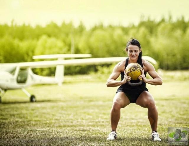 Instruktorka Aurelia Komo-Libio, uczestniczka plebiscytu Lubuski  Sportowiec Roku, uważa, że z odważnikami trenować może każdy, nie tylko ci, którzy dźwigają ciężary