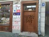 Atak na biuro poselskie PiS w Lublinie. Na drzwiach można zobaczyć jajka, pomidory i spray