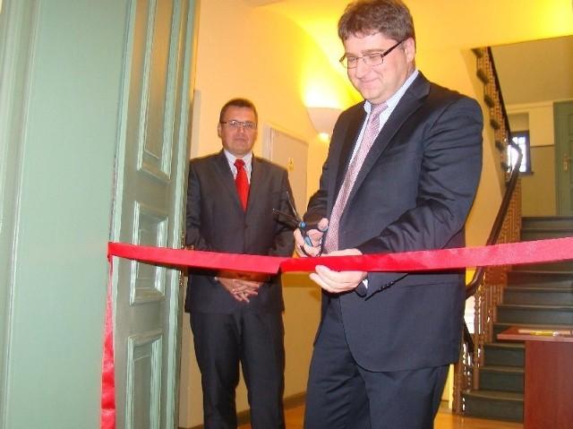 Janusz Jasiński przecina wstęgę, symbolizującą otwarcie nowej siedziby. Obok prezydent Janusz Kubicki (fot. Czesław Wachnik)