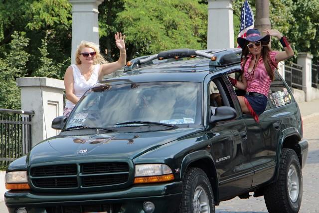 Przez trzy dni Mega Park gościł już po raz siódmyłaścicieli samochodów amerykańskich i zabytkowych. W sobotę po południu uczestnicy zlotu zaprezentowali swoje auta przejeżdżając w szyku paradnym przez miasto z półgodzinnym postojem na Błoniach Nadwiślańskich. Było co oglądać.