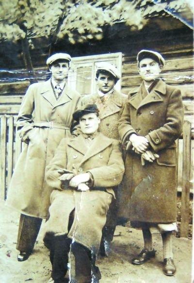 Pierwszy z prawej Eugeniusz Kowalczyk (zdjęcie zrobione przed wojną).