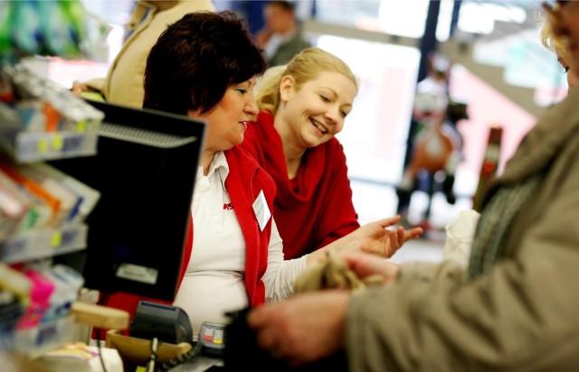 """Zastanawialiście się, ile zarabiają pracownicy na kasie w polskich marketach? Wiele wyjawia Raport płacowy Strefy Biznesu przygotowany w oparciu o Ogólnopolskie Badanie Wynagrodzeń przeprowadzone przez Sedlak & Sedlak.""""Więcej informacji w dalszej części galerii >>>"""