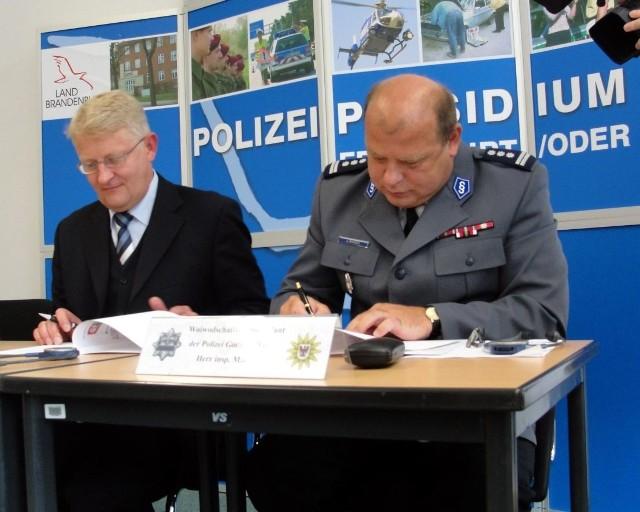 Prezydent brandenburskiej policji Arne Feuring (od lewej) i komendant KWP w Gorzowie insp. Leszek Marzec podpisali kolejne porozumienia o wspólpracy