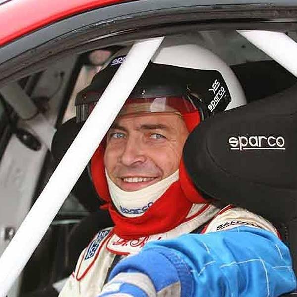 Obok wyścigów samochodowych Robert Szelc lubi taniec i podróże.