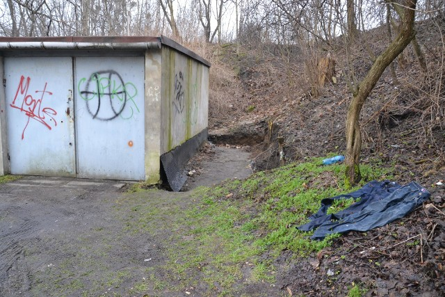 Trwa policyjne dochodzenie w sprawie znalezienia zwłok przy ulicy Łokietka, za budynkami garażowymi