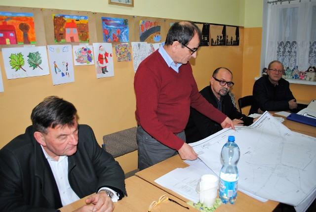 Dyrektor Henryk Siuda z bydgoskiego starostwa na zebranie w Morzewcu przywiózł mapy