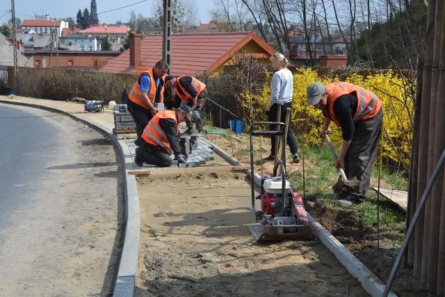Ekipa ZGKiM kładzie nowy chodnik na ul. Nakielskiej w Koronowie, która jest drogą krajową. Materiały - zgodnie z porozumieniem - przekazała  GDDKiA, robociznę dał samorząd gminy