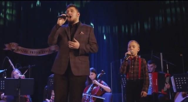 Filip Cąderek (z prawej) oraz Wiktor Sobkowiak w czasie świątecznego występu z Grójecką Orkiestrą Kameralną.