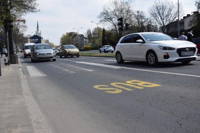 Nowa organizacja ruchu przy łaźni obowiązuje od 7 kwietnia. Kierowcy wciąż korzystają z dwóch pasów do jazdy na wprost.