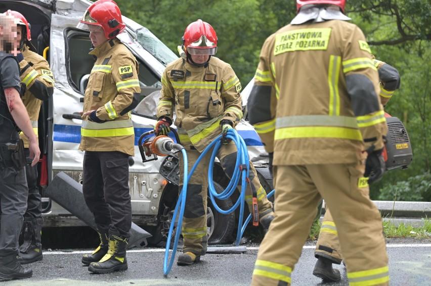 Wypadek samochodu służby więziennej z ciężarówką w Kłódce...