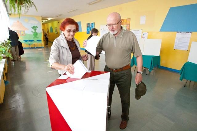 Poza głosowaniem korespondencyjnym, posłowie PO chcą wprowadzić również wcześniejsze (na tydzień przed wyborami) głosowanie w urzędzie gminy. Musiałaby tam stanąć zabezpieczona urna
