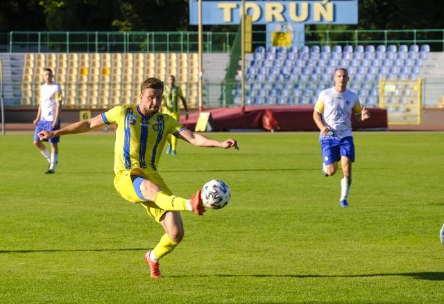 Pięć porażek i zaledwie jeden strzelony gol w pięciu kolejkach - taki był dorobek Kluczevii Stargard przed niedzielnym meczem w Toruniu. Niestety, choć rywale grali przez ostatnie pół godziny w dziesiątkę, Elana tylko zremisowała z niżej notowanym rywalem. Jedyną bramkę dla naszego zespołu zdobył w 77. minucie Michał Szczyrba.Zobacz zdjęcia z meczu i trybun ->>>