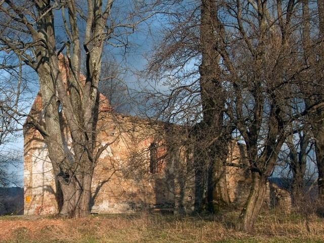 Cerkiew pw. św. Paraskewii w Krywem, zbudowano w 1842. Obok cerkwi jest dzwonnica parawanowa z II poł. XIX wieku. Pierwsze wzmianki o tutejszej cerkwi pochodzą z 1589, obecna jest trzecią z kolei. W 1916 była remontowana i częściowo przebudowywana. Podczas wysiedlenia mieszkańców wsi w maju 1947 cerkiew została ograbiona i zdewastowana. (wikipedia)