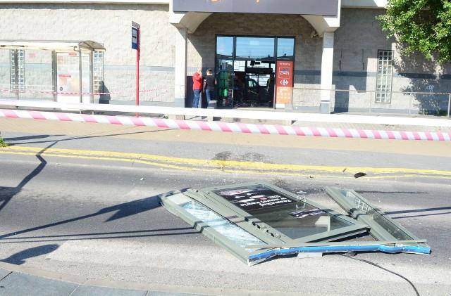 Rajd szaleńca po ulicach Radomia. Samochodem przejechał przez sklep na stacji benzynowej.