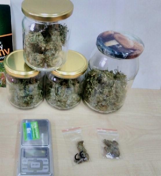 Marihuana była trzymana przez handlarza w słoikach